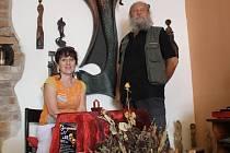 Z art kavárny má být centrum řezbářů a milovníků umění. Na snímku Miroslav Srostlík a Iva Polická