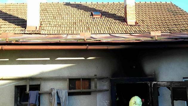 Hasiči se potýkali s požárem domu v Pěnčíně.