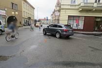 Na prostějovském Žižkově náměstí došlo v pondělí ke srážce SUV a seniorky.