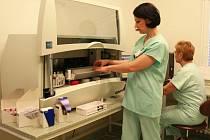 Unikátní analytický systém má prostějovská nemocnice k dispozici jako první v Olomouckém kraji.