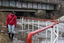 Rozvodněná Hloučela u mostu v Kostelecké ulici v Prostějově