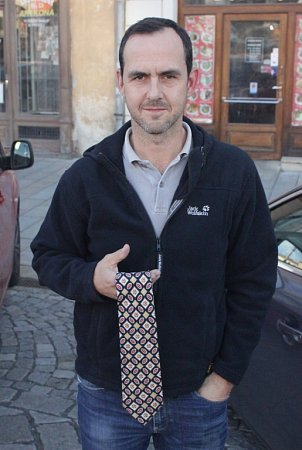 Dvojnásobný mistr světa vledním hokeji Jiří Vykoukal daroval Kabelkovému veletrhu kravatu