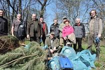 Do úklidu Hloučely se ve čtvrtek pustili vodohospodáři s dobrovolníky
