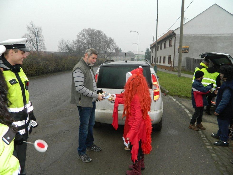 Netradiční kontrola čekala v předvečer svátku svatého Mikuláše na šoféry v Olšanech u Prostějova. Policisty na silnici doprovázeli Mikuláš, andělé a čerti, a to v podání dětí z místní základní školy