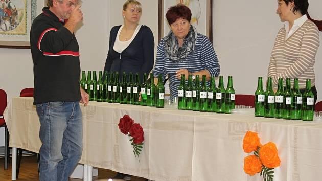 Košt pálenek v Čechách pod Kosířem