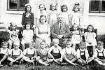 TŘÍDA 1. a ve školním roce 1950/1951. Na fotografii spolužáci z kostelecké základní školy se svou třídní učitelkou Vlastou Vichtovou a ředitelem Osladilem.