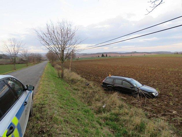 Neznámý zloděj ukradl auto, nechal ho bourané v poli.