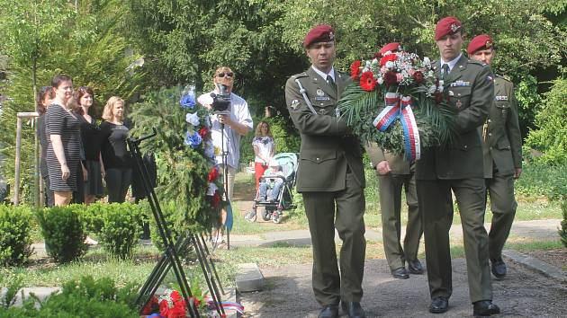 Na prostějovském hřbitově si politici, zástupci armády, policie i Sokola připomněli padlé z druhé světové války.