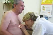 Lidé si na kožním oddělení prostějovské nemocnice nechali prohlédnout pigmentová znaménka.