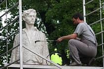 Čištění sochy Jiřího Wolkera v centru Prostějova