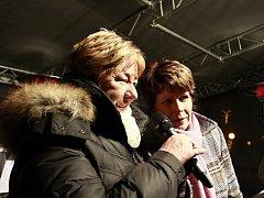 I. Hemerková (vpravo) se svou kolegyní A. Raškovou na akci Česko zpívá koledy v roce 2012