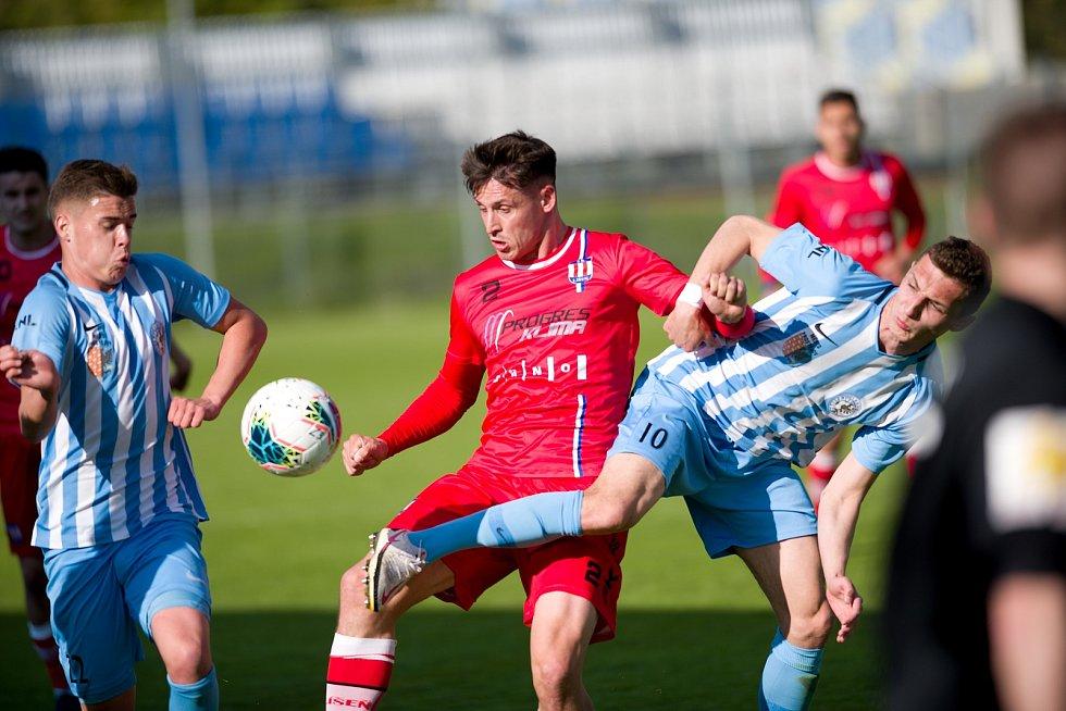 Líšeňští fotbalisté zvítězili na hřišti Prostějova 3:1. Na snímku v červeném útočník Jan Silný, jehož do druhého poločasu nahradil Martin Zikl.