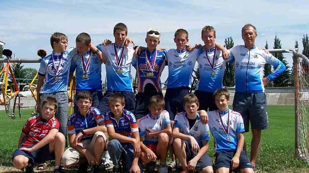Mladí prostějovští cyklisté oddílu SKC zahájili soutěžní rok 2007 pod vedením zkušeného kouče Vladimíra Vačkáře (vpravo) velmi dobře.