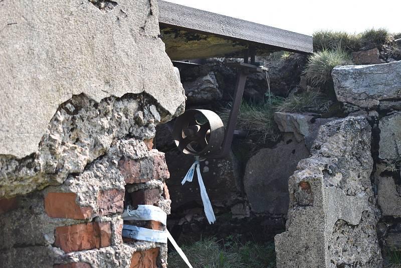 Z Králického Sněžníku zmizí pozůstatky někdejší chaty. Celkem jde o čtyři sta tun odpadu.