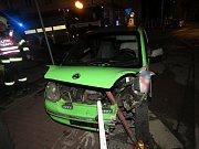 Mladík nezvládl vozidlo, poničil však naštěstí jen zábradlí a stroj.