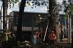 Krušné časy zažívají mnozí obyvatelé sídliště Šárka. Dočasně totiž z protihlukové stěny, chránící byty před hlukem z dálnice, zbyly jen sloupy.