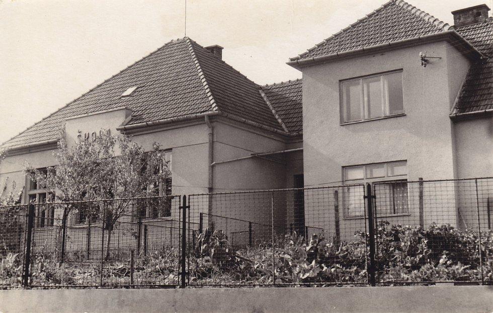 Budova Obecné školy v Křemenci.