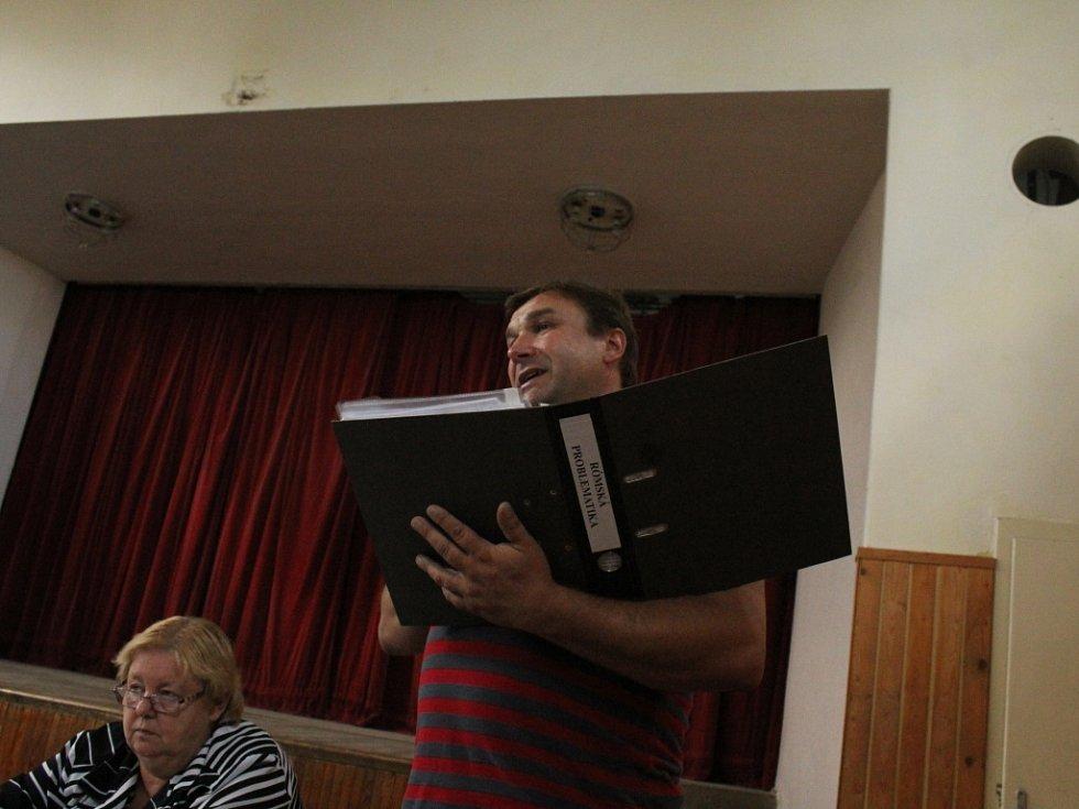 Mimořádné jednání dobromilického zastupitelstva k problémům s místními Romy