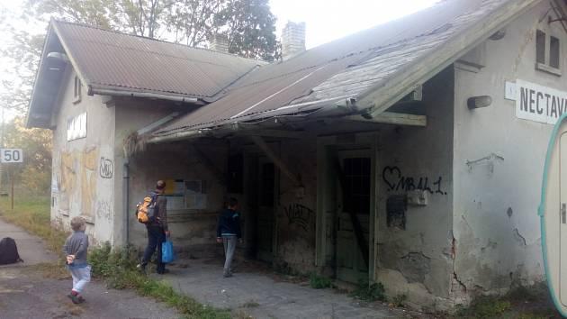 Zdevastované nádraží v Nectavě