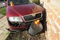 Šestašedesátiletá řidička nedala při rozjíždění z místa přednost projíždějícímu Volkswagenu Passat.