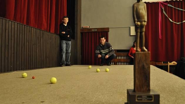 Zápas o druhé místo v amatérské lize se sehrál na kobercem potaženém pódiu a s netradičními koulemi, tenisovými míčky.