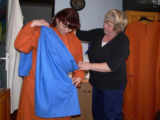 Příprava kostýmů na plumlovské velikonoční pašije