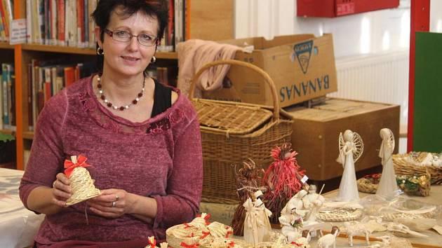 Tradiční výrobky ze slámy předvedla v Městské knihovně v Prostějově Milosava Zatloukalová, která se jejich výrobou zabývá už pětadvacet le