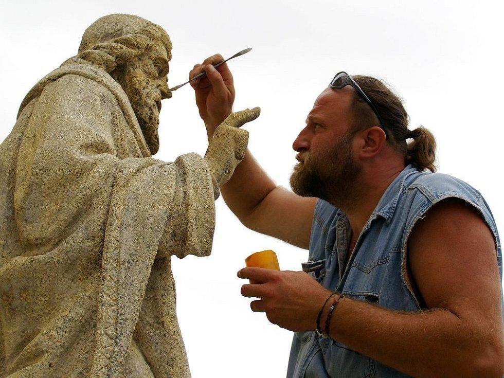 Igor Werkmann restauruje jednu ze soch.