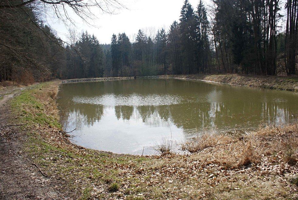 Výletní místo  - pramen Ochozské kyselky s altánkem, v blízkosti se nachází i malebný rybník