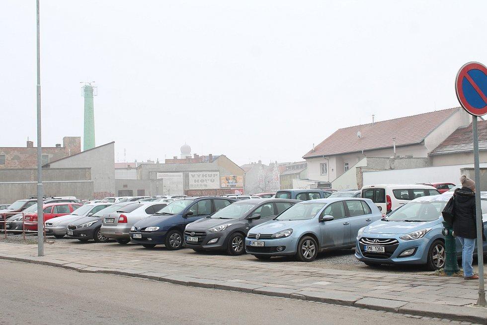 Pozemky, které blokoval Manthellan - parkoviště v Komenského ulici