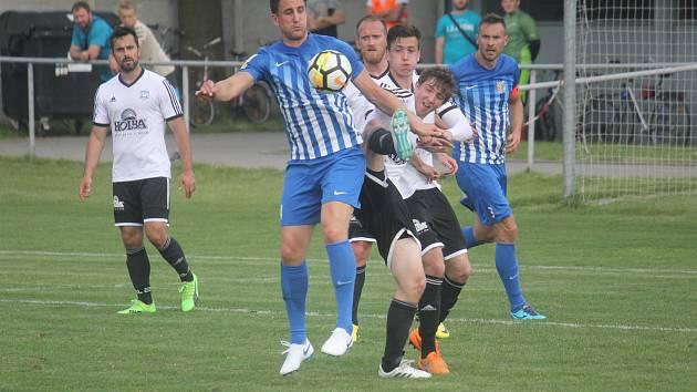 Fotbalisté Prostějova (v modrém) doma porazili Rýmařov 5:1. Martin Sus (Prostějov)