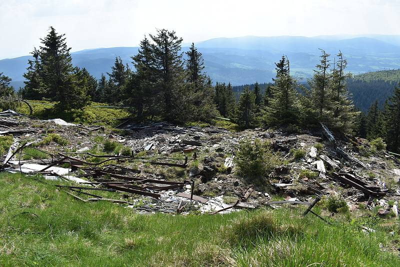 Z Králického Sněžníku zmizí pozůstatky někdejší chaty. Celkem jde o čtyři sta tun odpadu. Skládka stavební suti z bourání chaty.