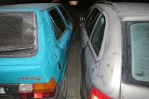 Mladík v Prostějově při odstraňování námrazy poškodil tři zaparkovaná auta