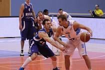Basketbalisté Prostějova (v bílém) proti Kolínu