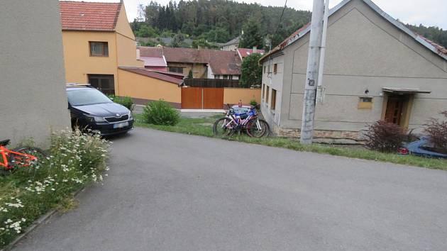 Teenager neodhadl své cyklistické schopnosti a boural do auta.