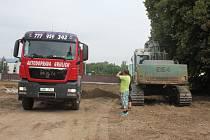 Dělníci v Kostelecké připravují pozemek na výstavbu nového koupaliště