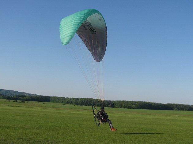 Na stichovickém letišti v Mostkovicích soutěžili letci na krosnách o Pohát krále Ječmínka.