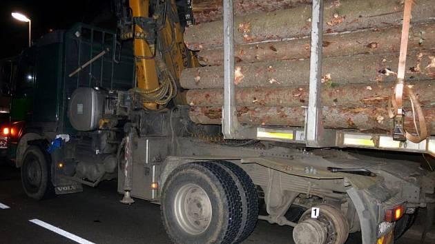 Kamion přišel za jízdy o část kol