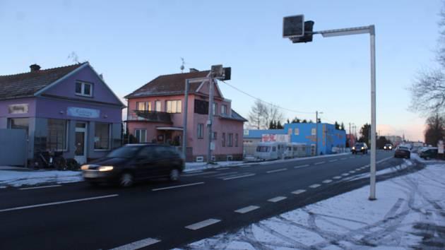 V Brněnské ulici mají často chodci smůlu. Nemají se jak dostat na druhou stranu vozovky.