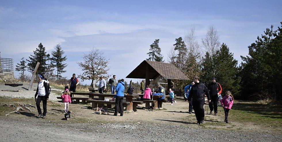 Sobotní dopoledne bylo na vrcholu Velkého Kosíře poklidné. Výletníci si mohli v klidu opéct špekáčky a odpočinout si na čerstvém vzduchu. 10.4. 2021
