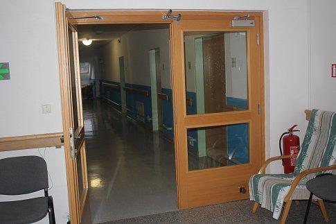 Podlahy, malování i protipožární dveře. V domově pro seniory v Soběsukách je stále co vylepšovat