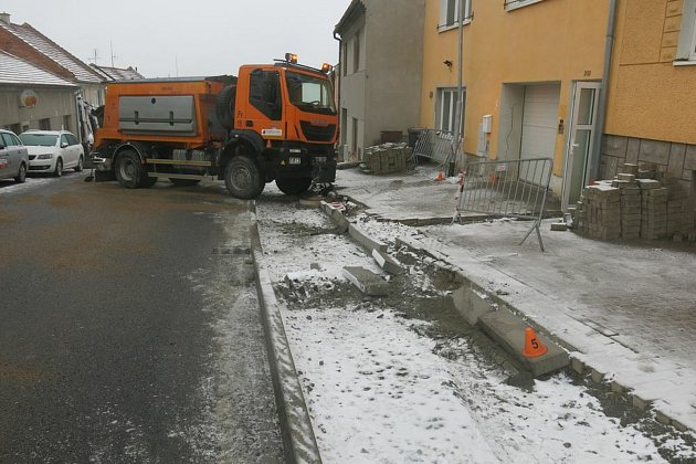 Následky nehody vozidla zimní údržby vUrčicích