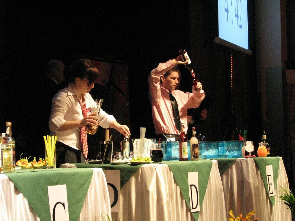Na Hanáckém poháru se sešla stovka barmanů. Porotci měli těžkou práci určit, který drink je nejlepší.