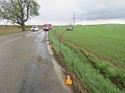 Řidič příliš sešlápl plyn. Výsledkem byl smyk a veletoč auta.