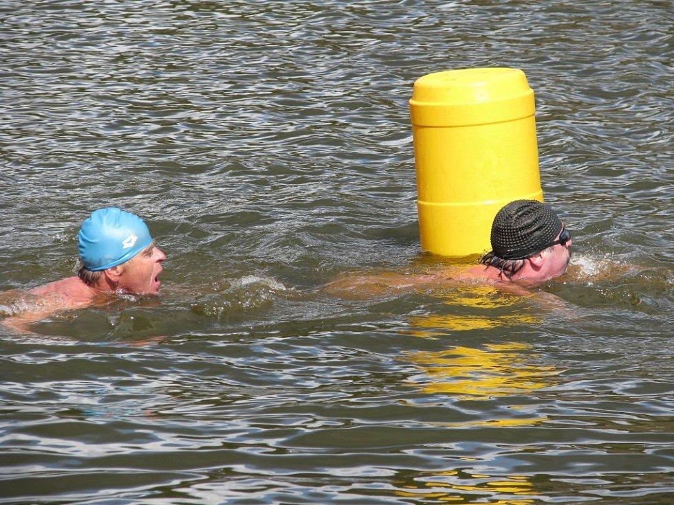 Několik generací plavců zimního a dálkového plavání se v sobotu vnořilo do vod Čertových rybníků ve Stražisku.