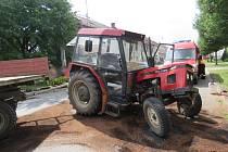 Nehoda traktoru a dvou osobních aut ve Smržicích.