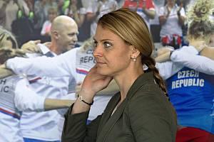 Lucie Šafářová přichází na tiskovou konferenci před baráží s Kanadou v Prostějově