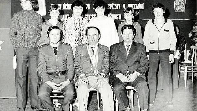 NOVÍ OBČANÉ. Zisk občanského průkazu, to je vždy událost. Výjimkou nebyl ani rok 1982. Suchdolští mohou pro podobné akce používat opravený kulturní dům v centru obce.
