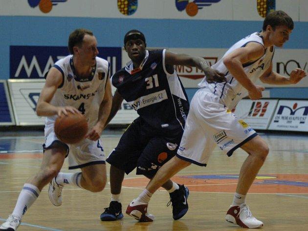 Tři klíčoví muži semifinálové série Mattoni NBL: Prostějované Petr Czudek (vlevo) a Radek Nečas (vpravo) versus děčínský Levell Sanders.