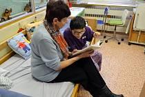 Prostějovská nemocnice se zapojila do projektu Počteníčko s babičkou, v rámci kterého chodí za dětmi hospitalizovanými v nemocnici babičky a předčítají jim z knih.
